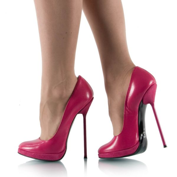 Pinke Pumps mit Metallabsatz