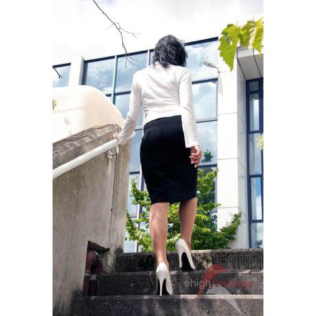 In High Heels Treppen nach oben steigen