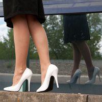 Vorschau: Unterwegs in weißen Stöckelschuhen
